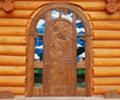 необычная большая деревянная дверь