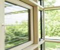 деревянное окно с видом на природу